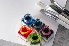 Escovas de pintura, pintura acrílica em um Livro Branco para tirar Imagem de Stock