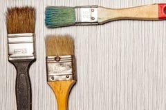 Escovas de pintura coloridas velhas com as cores, com copyspace imagem de stock royalty free