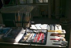 Escovas de pintura com fundo borrado do estúdio Imagens de Stock Royalty Free