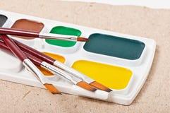 Escovas de pintura com pintura Fotos de Stock