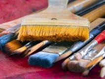Escovas de pintura do artista fotos de stock
