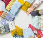 Escovas de pintura e pintura colorida Foto de Stock Royalty Free