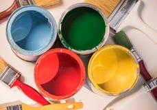 Escovas de pintura e latas abertas da pintura Imagens de Stock Royalty Free