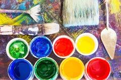 Escovas de pintura e pintura no fundo a pintura Foto de Stock Royalty Free