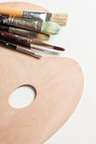 Escovas de pintura em um pallette limpo Imagens de Stock