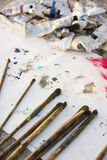 Escovas de pintura, fundo pintado Fotografia de Stock Royalty Free