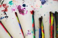 Escovas de pintura, fundo pintado Fotos de Stock