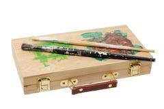 Escovas de pintura na caixa do artista Fotografia de Stock
