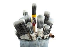Escovas de pintura na cubeta Foto de Stock