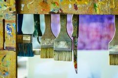 Escovas de pintura no artista Space fotos de stock