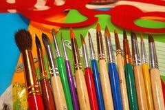 Escovas de pintura no fundo do livro de exercício Foto de Stock