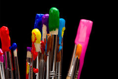 Escovas de pintura no preto Fotografia de Stock Royalty Free