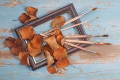 Escovas de pintura, pintura e outono do quadro Fotos de Stock Royalty Free
