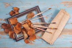 Escovas de pintura, pintura e outono do quadro Fotografia de Stock