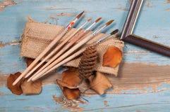 Escovas de pintura, pintura e outono do quadro Imagens de Stock