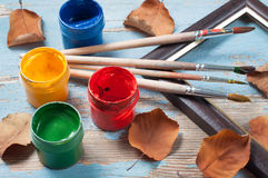 Escovas de pintura, pintura e outono do quadro Fotografia de Stock Royalty Free