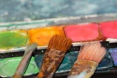 Escovas de pintura usadas em aguarelas Foto de Stock Royalty Free