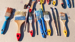 Escovas de pintura velhas sujas Fotografia de Stock