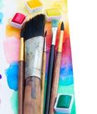 Escovas e beira das pinturas da aquarela Imagens de Stock