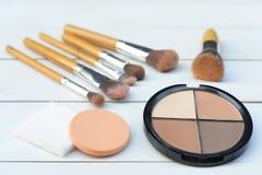 Escovas e cosméticos da composição, grupo de escova da composição e paleta do contorno, acessórios das mulheres imagens de stock