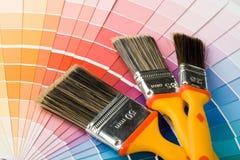 Escovas e guia da cor imagens de stock