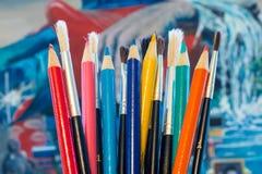 Escovas e lápis coloridos foto de stock