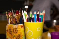 Escovas e lápis para o fim de tiragem acima imagem de stock royalty free