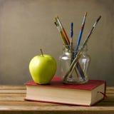 Escovas e livros de pintura Fotografia de Stock