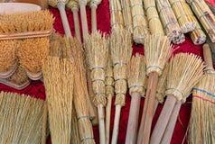 escovas e vassouras pequenas no sorgo no mercado foto de stock royalty free
