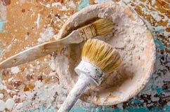 Escovas em uma bacia com uma massa de vidraceiro Imagem de Stock