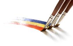 Escovas isoladas que pintam o arco-íris no branco fotos de stock royalty free