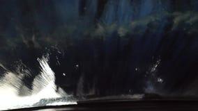 Escovas no sistema automático da lavagem de carros que escova a janela dianteira filme