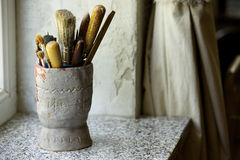 Escovas no utensílio Fotos de Stock Royalty Free