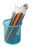 Escovas para artistas em uma cesta Para tirar Fotografia de Stock