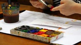 Escovas, pinturas coloridas e aquarelas para a criação artística filme