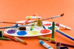 Escovas, pinturas, paleta Fotografia de Stock Royalty Free