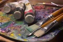Escovas, pinturas, pallette Foto de Stock