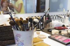 Escovas profissionais de algum tamanho para a cara O equipamento do facial faz sobre a arte Grupo de escovas profissionais foto de stock