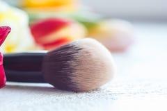 Escove aplicando a composi??o no fim da cara acima escova de cerda macia larga no macro fotografia de stock
