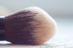 Escove aplicando a composi??o no fim da cara acima escova de cerda macia larga no macro foto de stock