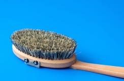 Escove com as cerdas feitas da crina em um fundo azul fotos de stock
