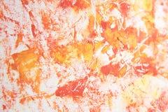 Escove cores vermelhas e amarelas da pintura de óleo dos cursos em um backgro branco Fotografia de Stock