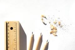 Escreva a caixa e os l?pis est?o encontrando-se na tabela na luz do dia brilhante Madeira unpainted natural materiais eco-amig?ve fotos de stock