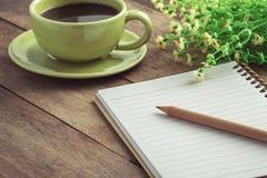 Escreva com o copo do livro e de café na tabela de madeira, estilo do vintage fotografia de stock