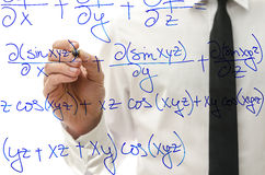 Escrevendo equação complicada da matemática na placa virtual fotos de stock