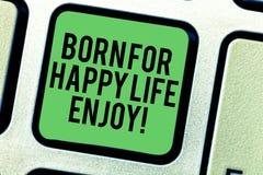 Escrevendo a exibição da nota carregada para a vida feliz aprecie Foto do negócio que apresenta a felicidade recém-nascida do beb imagem de stock