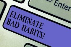 Escrevendo a exibição da nota elimine hábitos maus Foto do negócio que apresenta para parar um mau, um comportamento ou um apego  foto de stock royalty free