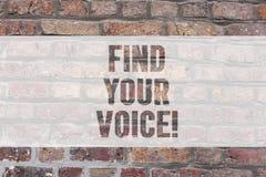 Escrevendo a exibição da nota encontre sua voz Foto do negócio que apresenta podendo expressar-se oneself como um escritor para f imagens de stock
