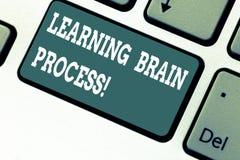 Escrevendo a exibição da nota que aprende Brain Process Foto do negócio que apresenta adquirindo o conhecimento existente novo ou fotos de stock