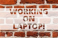 Escrevendo a exibição da nota que trabalha no portátil Foto do negócio que apresenta obtendo o trabalho feito facilmente no lapto fotos de stock royalty free